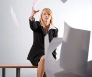 Het meisje dat van de blonde witte bladen werpt Royalty-vrije Stock Afbeelding