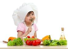 Het meisje dat van de chef-kok gezond voedsel proeft Stock Foto's