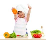 Het meisje dat van de chef-kok gezond voedsel voorbereidt Stock Afbeelding