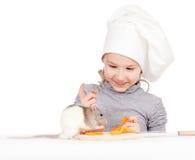 Het meisje dat van de chef-kok gezonde voedsel en huisdierenrat voorbereidt Stock Fotografie