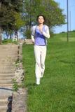 Het Meisje dat van de geschiktheid in het park loopt Royalty-vrije Stock Foto's
