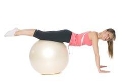 Het meisje dat van de geschiktheid pilates met een bal doet Royalty-vrije Stock Afbeeldingen