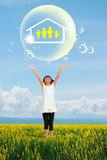 Het meisje dat van de glimlach op familiesymbool toont in grote zeepbel Stock Afbeelding