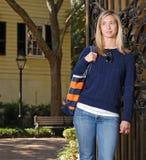 Het meisje dat van de herfst zich door poort bevindt Royalty-vrije Stock Afbeelding