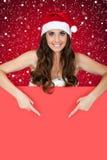 Het meisje dat van de kerstman op sneeuw op teken richt Royalty-vrije Stock Fotografie