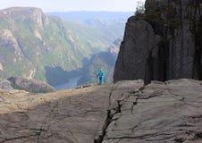 Het meisje dat van de klimmer in bergen wandelt Stock Foto