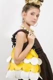 Het meisje dat van de manier juwelen en handtas toont Stock Foto's