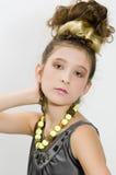 Het meisje dat van de manier juwelen en handtas toont royalty-vrije stock foto