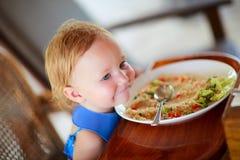 Het meisje dat van de peuter lunch eet royalty-vrije stock fotografie