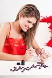 Het meisje dat van de schoonheid de verrassing van de Valentijnskaart maakt Royalty-vrije Stock Afbeeldingen