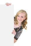 Het meisje dat van de schoonheid een leeg aanplakbiljet houdt dat op wit wordt geïsoleerdn Royalty-vrije Stock Afbeeldingen