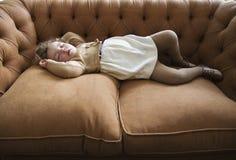 Het meisje dat van de slaap op een laag ligt Stock Afbeeldingen