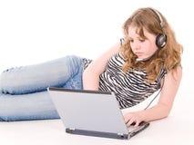 Het meisje dat van de tiener aan laptop werkt Royalty-vrije Stock Foto's
