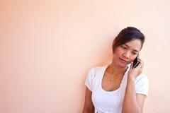 Het meisje dat van de tiener celtelefoon met behulp van, Royalty-vrije Stock Afbeeldingen