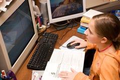 Het meisje dat van de tiener een computer leert Stock Foto