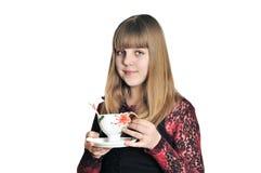 Het meisje dat van de tiener een thee drinkt Stock Fotografie