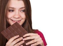Het meisje dat van de tiener grote chocoladereep houdt Stock Afbeeldingen