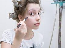 Het meisje dat van de tiener make-up doet royalty-vrije stock foto