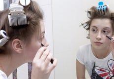 Het meisje dat van de tiener make-up doet royalty-vrije stock fotografie
