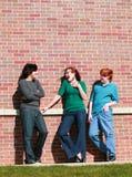 Het meisje dat van de tiener met jongens flirt Stock Foto