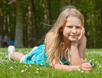 Het meisje dat van de tiener op gras ligt stock afbeeldingen