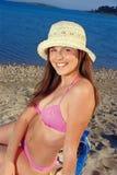 Het meisje dat van de tiener op zand legt Stock Foto