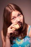 Het meisje dat van de tiener roomijs eet Stock Afbeelding