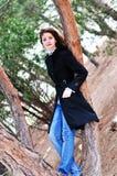 Het meisje dat van de tiener zich dichtbij de boom bevindt Stock Afbeelding