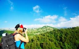 Het meisje dat van de toerist beelden neemt royalty-vrije stock afbeeldingen