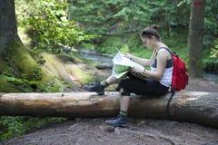 Het meisje dat van de toerist een kaart leest royalty-vrije stock fotografie