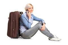 Het meisje dat van de toerist op mobiele telefoon spreekt Stock Afbeelding