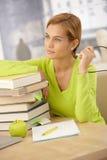 Het meisje dat van de universiteit met boeken glimlacht Royalty-vrije Stock Afbeeldingen