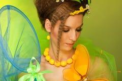 Het meisje dat van de zomer vlinder met netto vlinder vangt stock fotografie