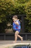 Het meisje dat van de zuigeling door poo loopt royalty-vrije stock fotografie