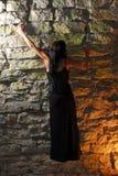 Het meisje dat van Goth een muur beklimt royalty-vrije stock fotografie