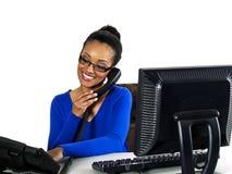 Het meisje dat van het bureau aan een computer werkt Stock Foto