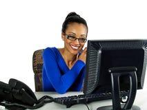Het meisje dat van het bureau goed nieuws via e-mail ontvangt Stock Afbeeldingen