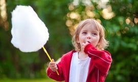 Het meisje dat van Llittle gesponnen suiker eet Royalty-vrije Stock Afbeelding