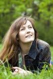Het meisje dat van Nice in het gras ligt Royalty-vrije Stock Foto's