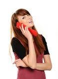 Het meisje dat van Oung op mobiele telefoon spreekt Stock Afbeeldingen