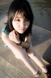 Het meisje dat van Thailand omhoog in droevig kijkt. Stock Afbeeldingen