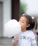 Het meisje dat van Yong gesponnen suiker eet Royalty-vrije Stock Foto's