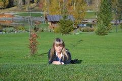 Het meisje in de aard Royalty-vrije Stock Afbeeldingen