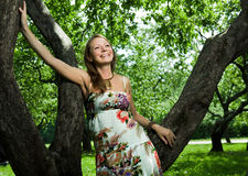 Het meisje in de appelboomgaard Stock Afbeelding