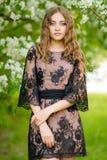 Het meisje in de appelboomgaard Royalty-vrije Stock Afbeeldingen