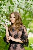 Het meisje in de appelboomgaard Stock Afbeeldingen