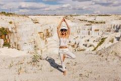 Het meisje in de boom stelt, grote witte marmeren steengroeve, die steengroeve ontginnen Royalty-vrije Stock Afbeelding