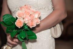 Het meisje, de bruid houdt een mooi kleurrijk bloeiend boeket van rozen royalty-vrije stock afbeeldingen