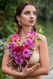Het meisje in de decoratie van bloemen Royalty-vrije Stock Afbeeldingen