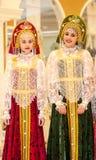 Het meisje in de donsachtige sjaal van Orenburg Royalty-vrije Stock Foto's